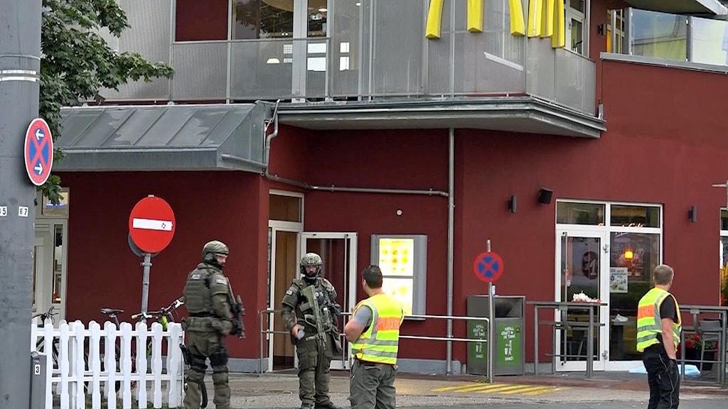Utanför den snabbmatsrestaurang där attacken började.