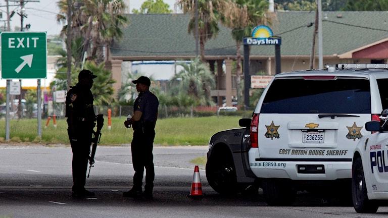 Poliser vid polisbilar