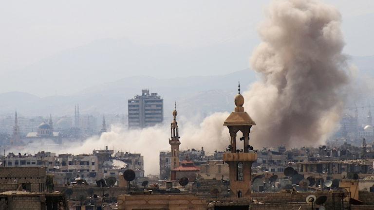 Rök efter ett flyganfall i östra Damaskus i dag, 19 mars.