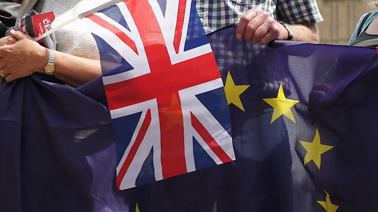 Englands flagga och EU-flagga