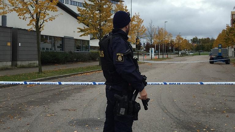 Polis med vapen