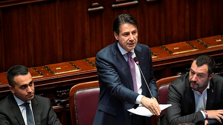 Italian Premier Giuseppe Conte i mitten flankerad av Luigi Di Maio, och Matteo Salvini