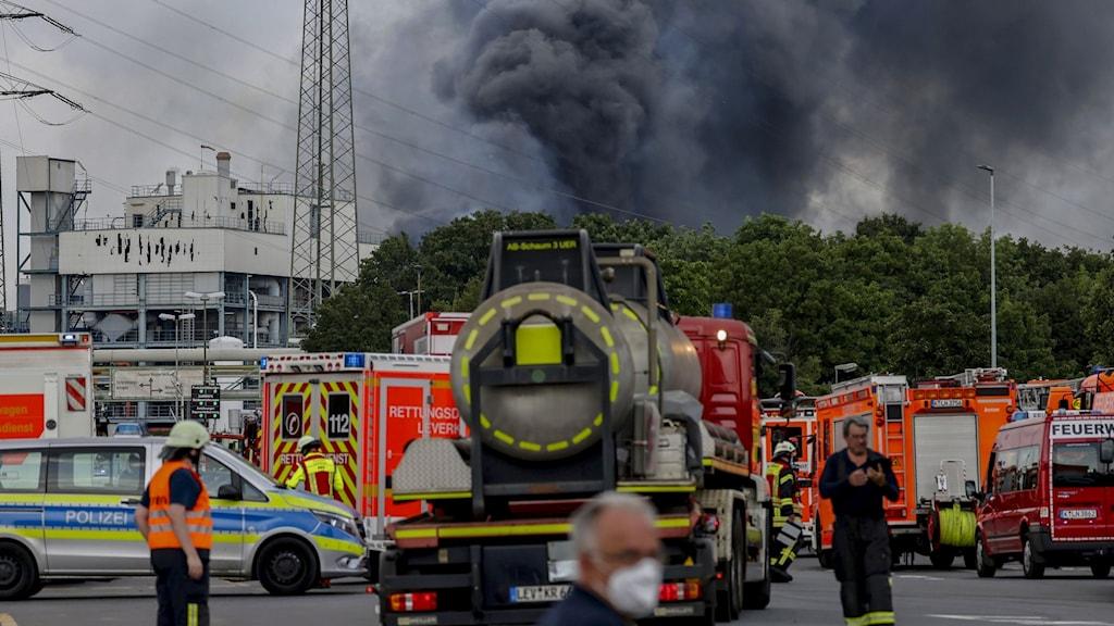 Räddningsfordon utanför avfallsanläggningen som exploderade i Tyskland