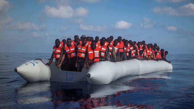 Båt med flyktingar på Medelhavet