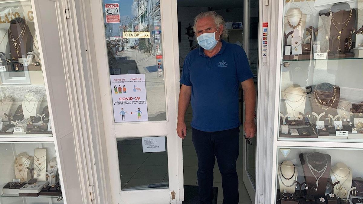 Butiksinnehavaren Tony Domdjonaj står i dörren till sin butik i Biograd na Moru.