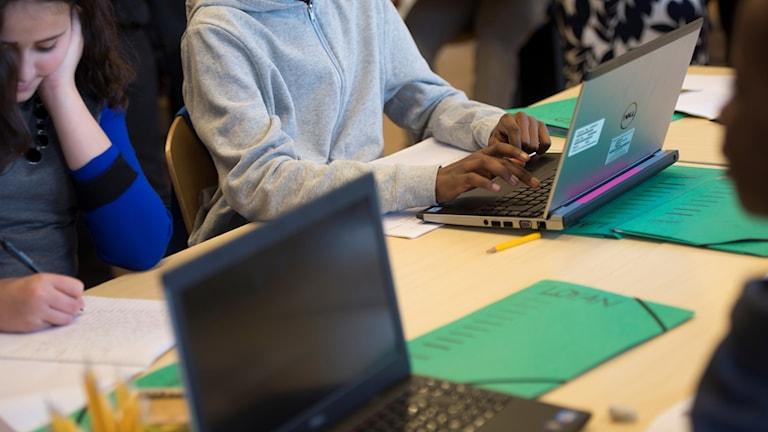 Elever sitter framför sina datorer och skriver i en skola i Bredäng.