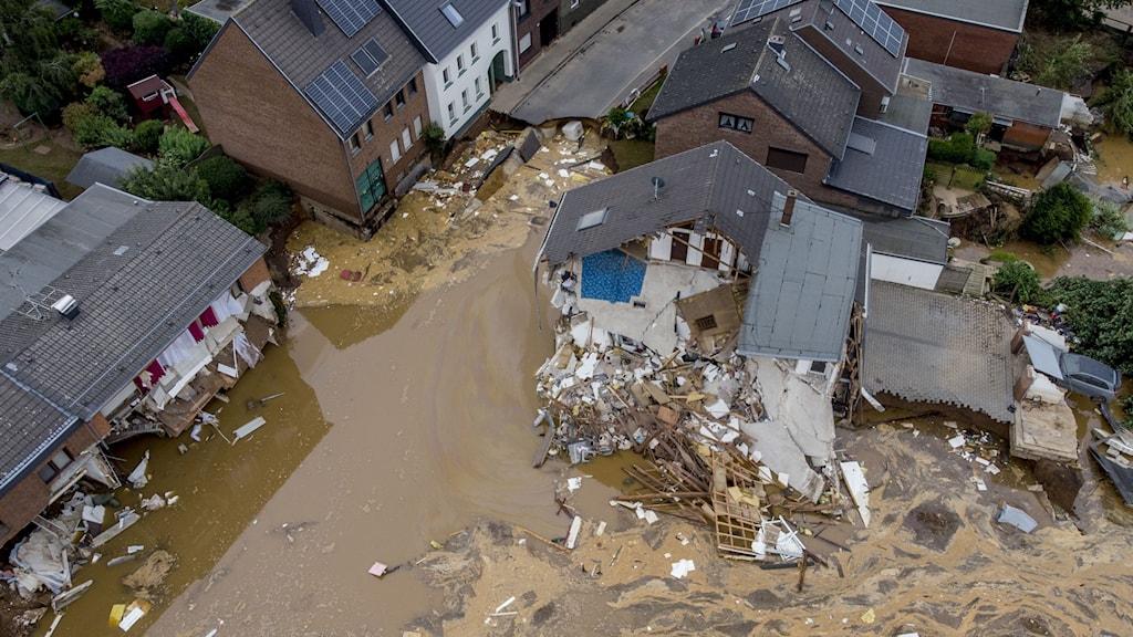 Ett hus har totalförstörts av brunt vatten till följd av översvämningarna i Tyskland.