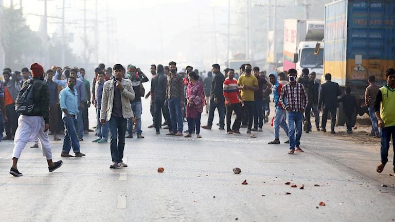 Textilarbetare i Bangladesh protesterade mot låga löner.