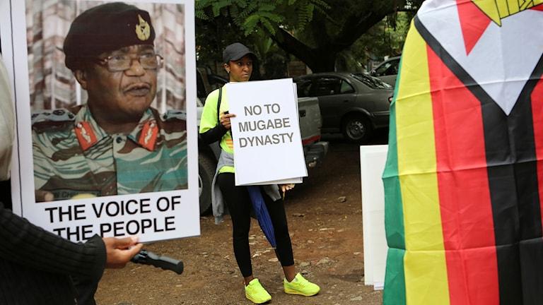 Människor i Harare kräver att Mugabe avgår. Foto: Tsvangirayi Mukwazhi/TT.