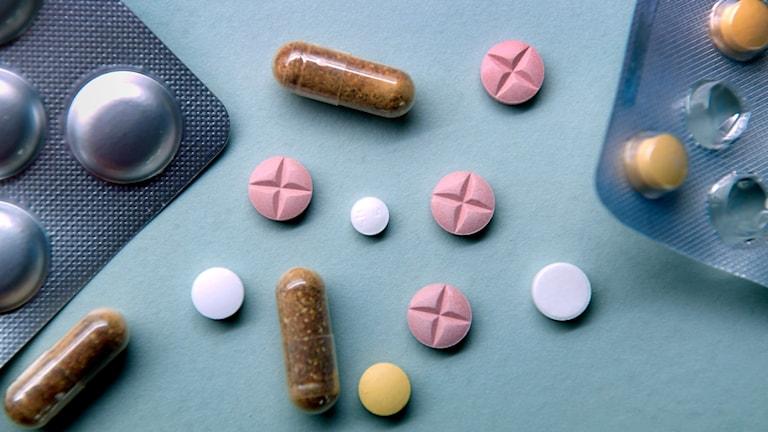 Tabletter på ett bord