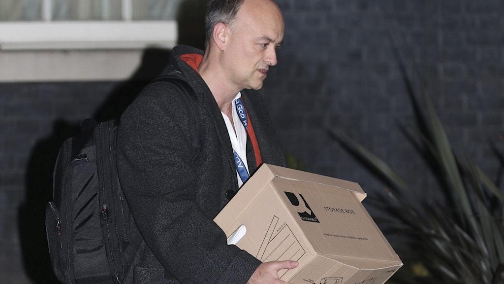 Dominic Cummings lämnar Downing Street.
