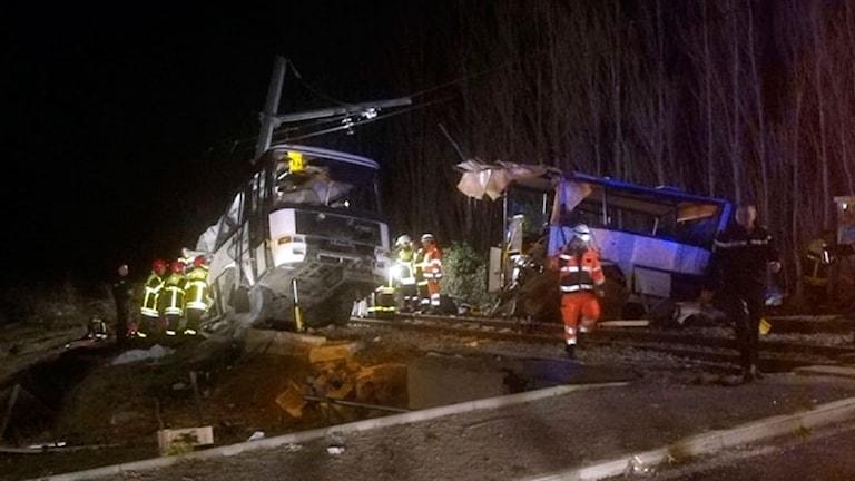 Räddningsarbetare på plats vid olycksplatsen.