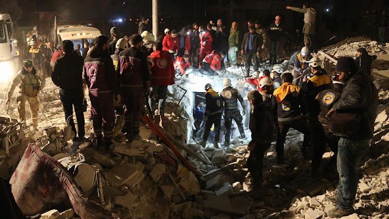 Räddningspersonal söker efter offer där explosionen inträffade.