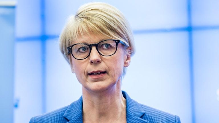 Elisabeth Svantesson står och tänker