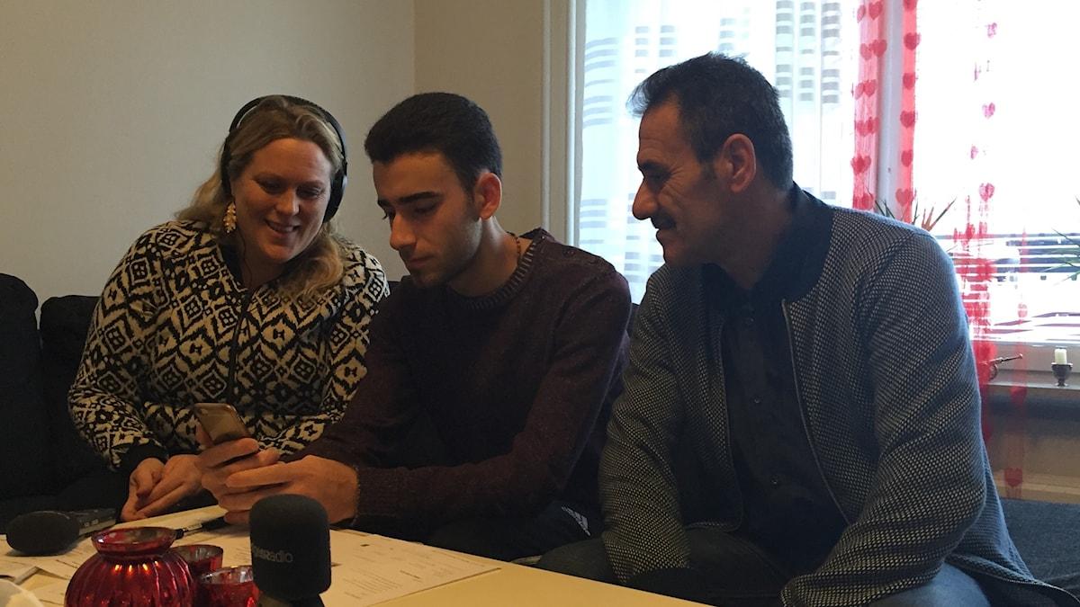 Milad Malki pratar med sin mamma i Libanon, bredvid sitter pappa Chamoun Malki och reportern Karin Wirenhed