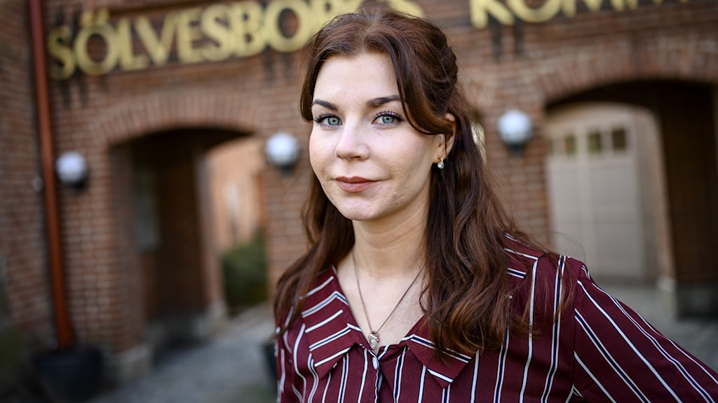 Kommunstyrelsens ordförande i Sölvesborg - Louise Erixon (SD) - utanför kommunhuset.
