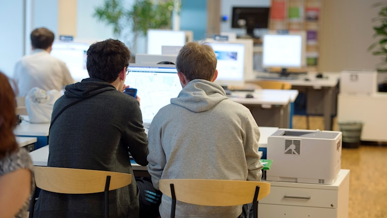 Två arbetssökande ungdomar på Arbetsförmedlingen.