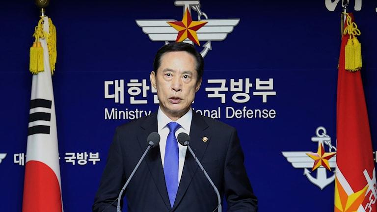 Sydkoreas försvarsminister Song Young-Moo på en presskonferens.