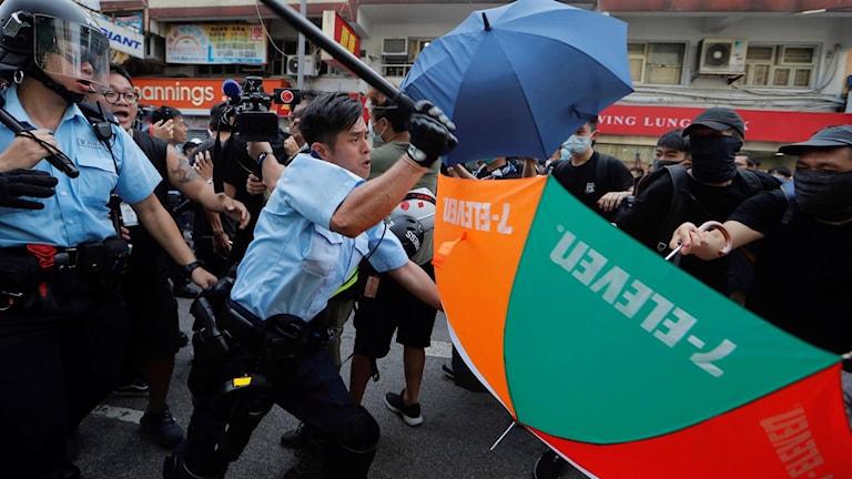 Tusentals demonstranter har tagit sig ut på gatorna i Hongkong för att protestera mot kinesiska handlare.