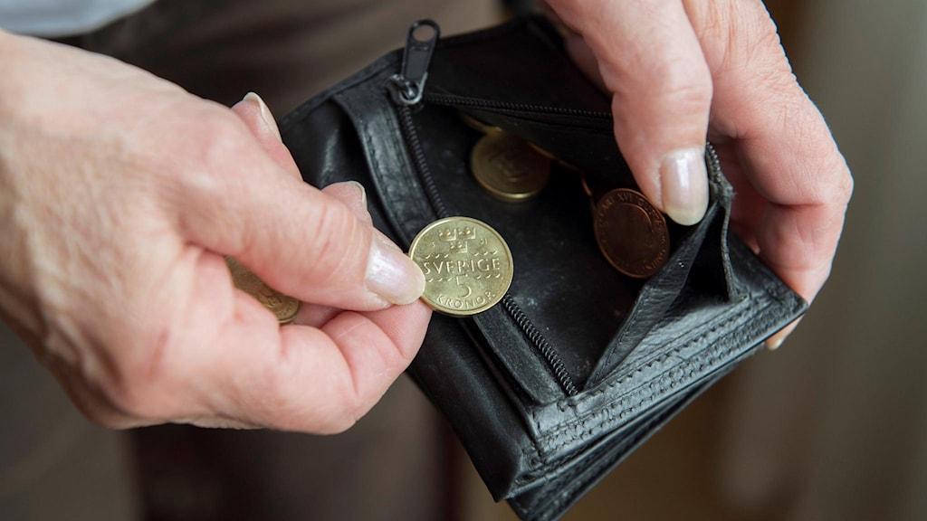 Pensionär med mynt och plånbok.