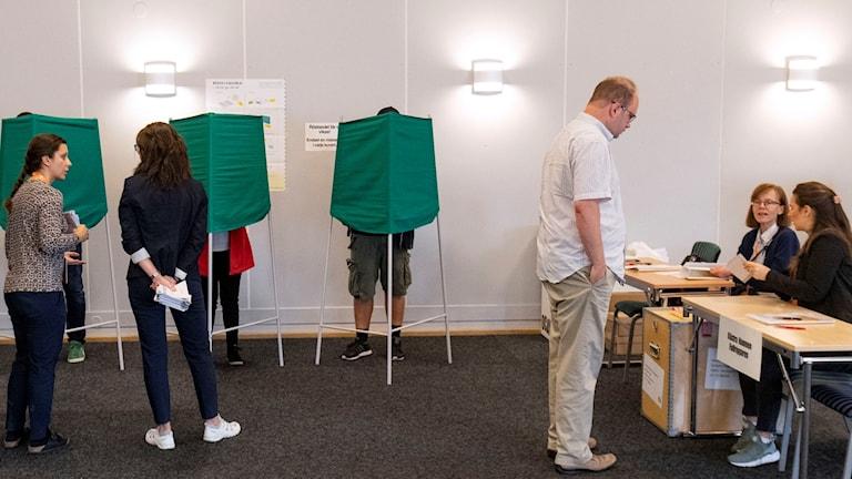 Valet 2018.  Röstningen igång i röstlokalen på Kockum Fritid i Malmö strax efter klockan åtta på söndagsmorgonen. Foto: Johan Nilsson/TT.