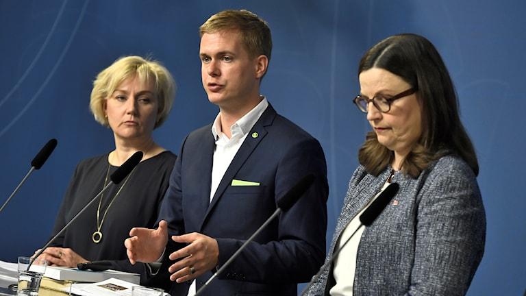 Gustav Fridolin Helene, Hellmark Knutsson och Anna Ekström står vid ett podium