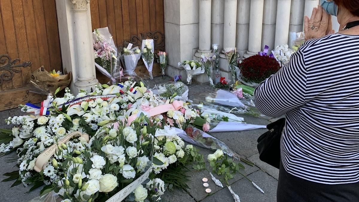Blommor utanför kyrkporten i Nice.