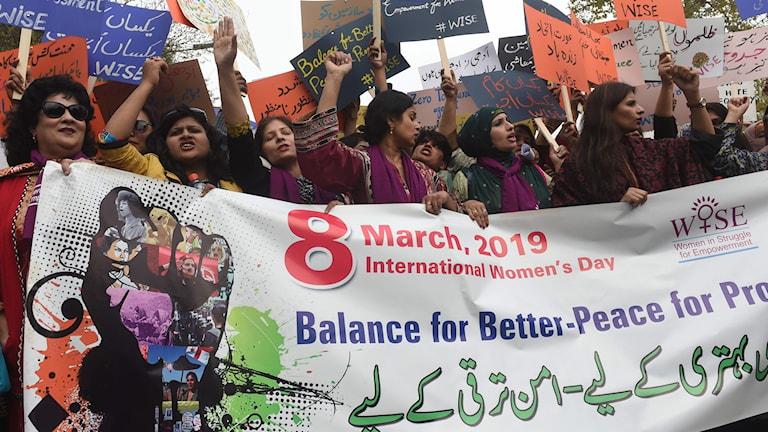 Kvinnor demonstrerar i Pakistan.