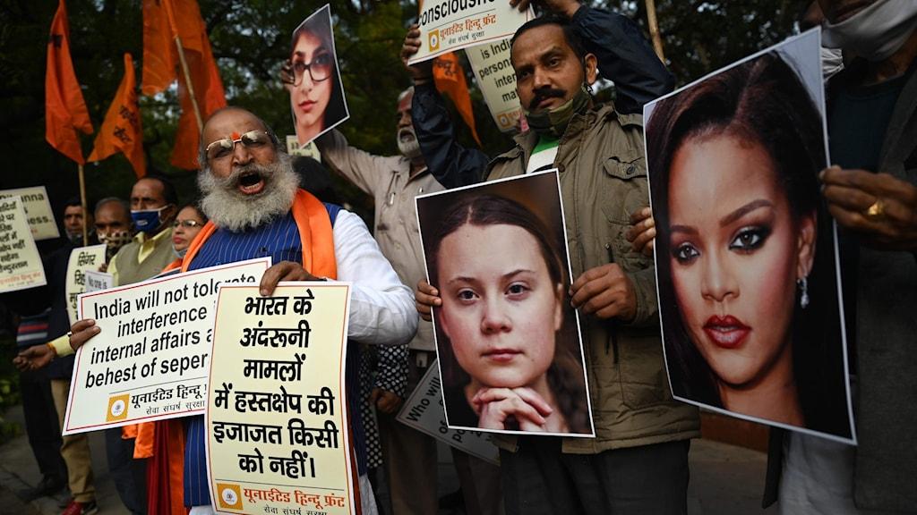 Indiska demonstranter håller i bilder av Greta Thunberg och Rihanna.