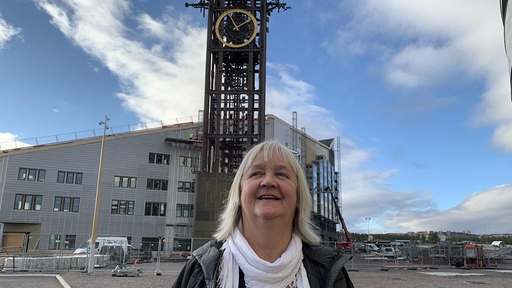 Monica Isaksson, enhetschef arbetsmarknad och integration framför klocktornet vid Kirunas nya stadshus.