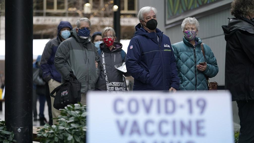älder personer som köar för vaccin