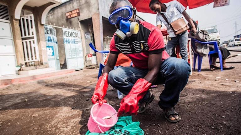 Sjukvårdspersonal i gasmask blandar vatten och klorin sedan ett andra dödsfall inträffat i miljonstaden Goma under onsdagen.