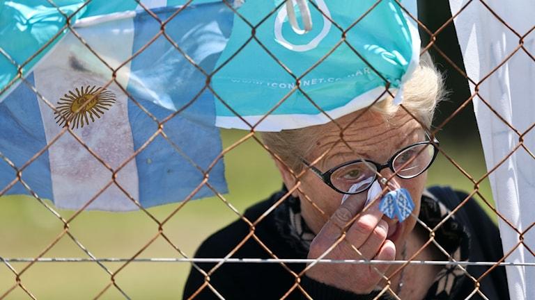 Argentina. En kvinna gråter. Sökandet efter ubåten fortsätter.