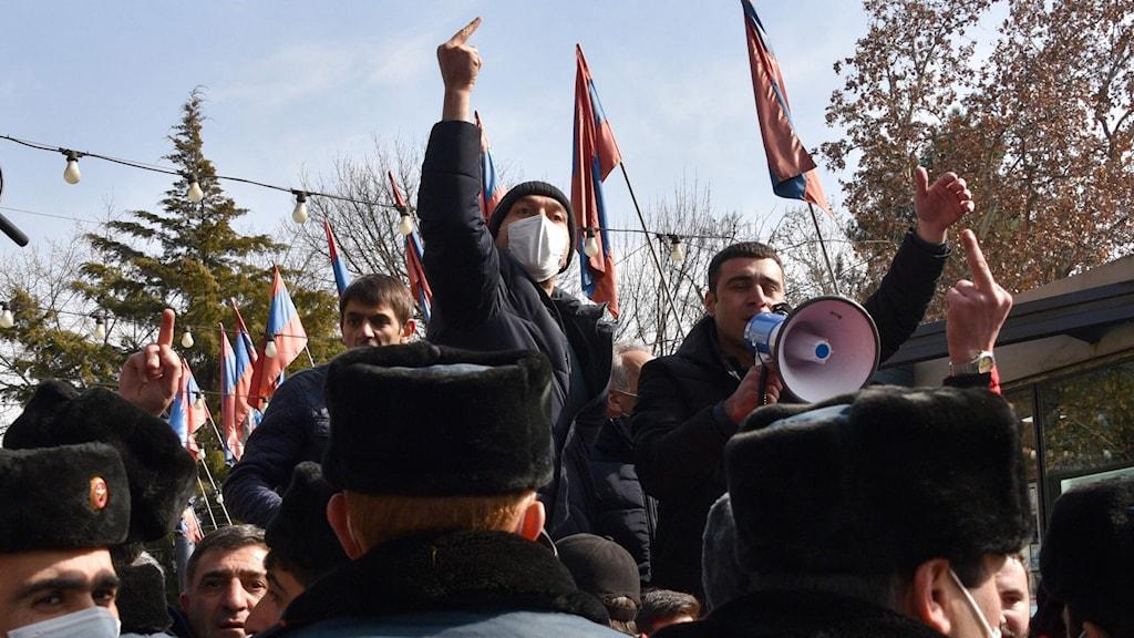 arga demonstranter och armenisk polis