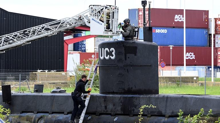 Ubåt undersöks av polis.