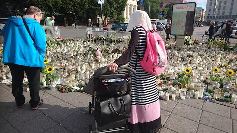 Personer på Salutorget i Åbo.