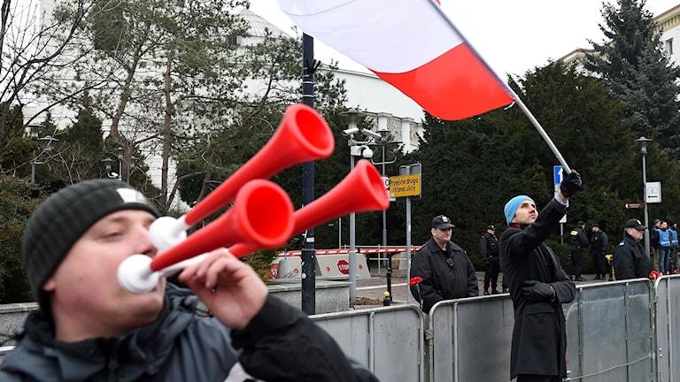 Regeringskritiska demonstranter framför det polska parlamentet.