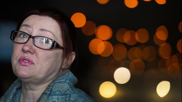 Närbild på kvinna med glasögon och läppstift