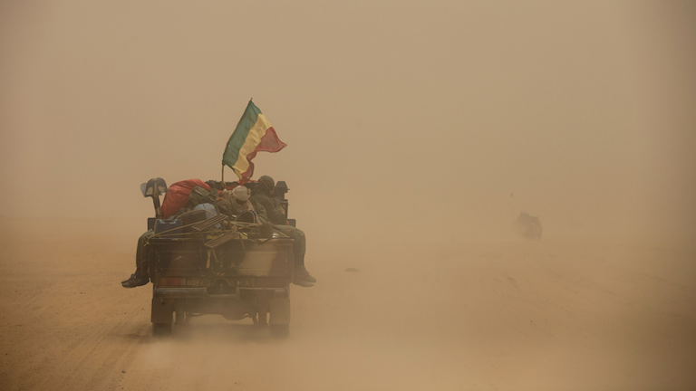 Fordon tillhörande Malis armé som kör genom öknen