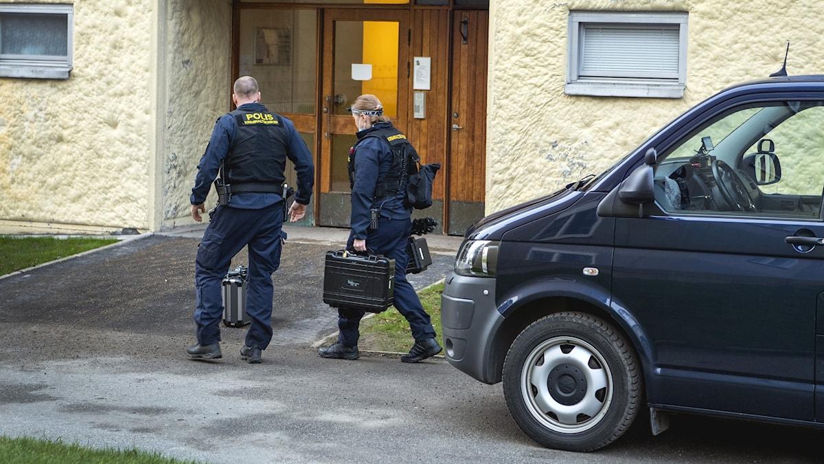 Poliser på väg in i bostad.