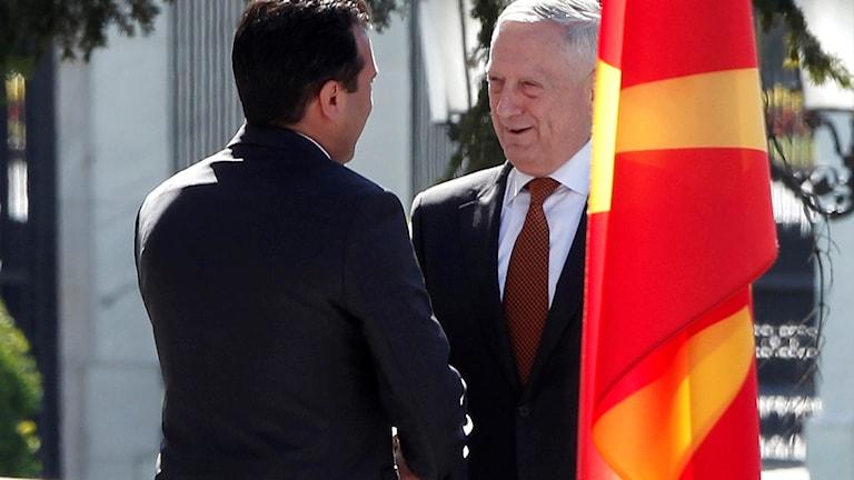 USA:s försvarsminister Jim Mattis, t h, välkomnas av Makedoniens premiärminister Zoran Zaev. Foto: Boris Grdanoski/TT.