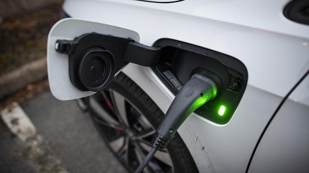Bild på elbil som tankas med el.