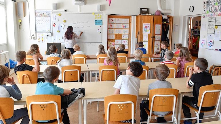 Elever och lärare i klassrum