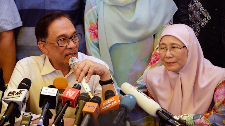 Anwar Ibrahim på sin första presskonferens efter frigivningen.