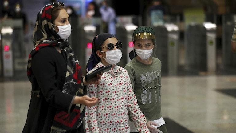 Kvinnor med ansiktsmasker i Teheran, Iran.