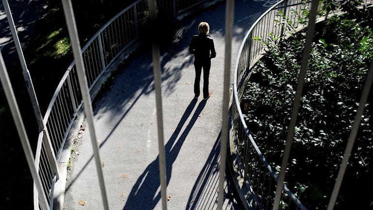 ensam kvinna i park