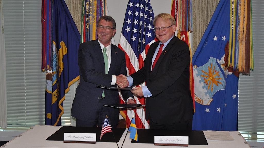 Peter Hultqvist, svensk försvarsminister och Ashton Carter, USA:s försvarsminister när det undertecknat samarbetsavtal.