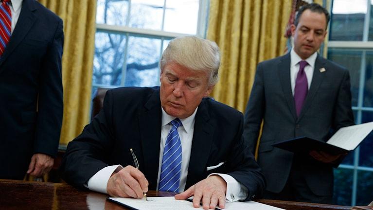 Donald Trump skriver på ett papper