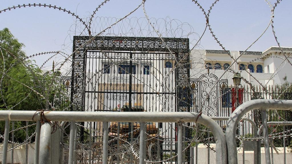 Tunisiska parlamentet omges av taggtråd