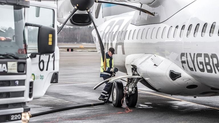 Ett flygplan laddas med biobränsle.